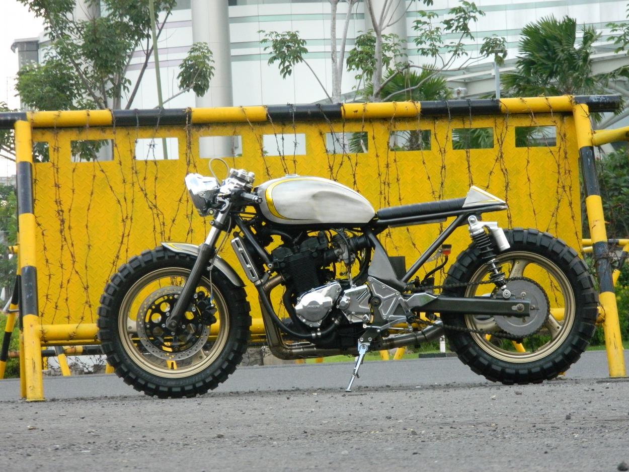 Suzuki Bandit 400 Cafe Racer by Jowo Kustom – BikeBound